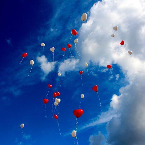 ilmapallot lentelee taivaalla
