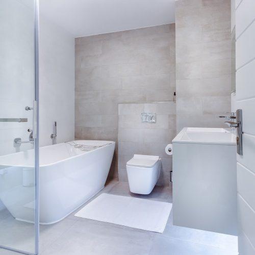 moderni minimalistinen kylpyhuone