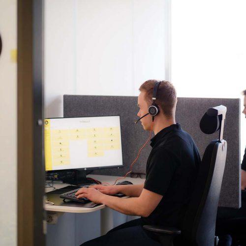 asiakaspalvelija työskentelemässä